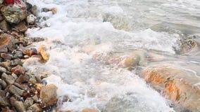 Otoczak plaża z małymi otoczakami i denną kipielą Fala przy zmierzchem biegającym wzdłuż skalistego brzeg zdjęcie wideo