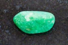 otoczak zielony agata gemstone na ciemnym tle Zdjęcia Stock