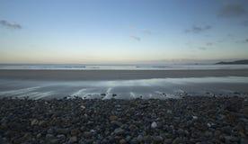 Otoczaka brzeg Newgale plaża w Cornwall obrazy stock