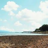 Otoczaka nieba i plaży tło Fotografia Royalty Free