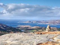 Otoczaka ostrosłup przy halnym szczytem Linesfjellet & x28; 230 x29 m&; , Linesoya wyspa, Norwegia Fotografia Stock