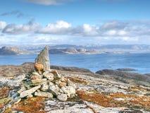 Otoczaka ostrosłup przy halnym szczytem Linesfjellet & x28; 230 x29 m&; , Linesoya wyspa, Norwegia Obrazy Royalty Free