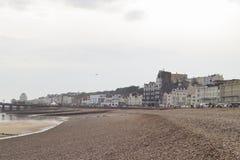 Otoczaka plaża, molo i miasto Hastings, Obrazy Stock