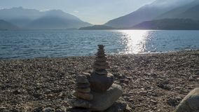 Otoczaki brogujący na górze each inny tworzyć mały wierza, płatowaty, na Jeziornym Como zdjęcia stock