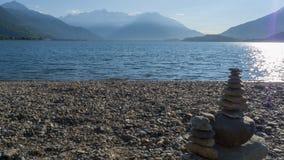Otoczaki brogujący na górze each inny tworzyć mały wierza, płatowaty, na Jeziornym Como zdjęcie stock