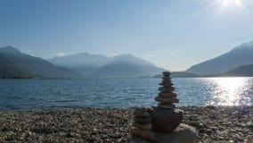 Otoczaki brogujący na górze each inny tworzyć mały wierza, płatowaty, na Jeziornym Como obraz stock