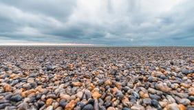 Otoczaki na pięknej plaży podczas burzy Obrazy Royalty Free