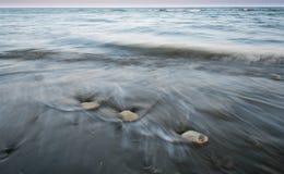 Otoczaki w bieżącej wodzie morskiej i plaży Fotografia Royalty Free
