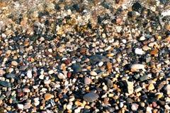 Otoczaki zakrywający wodą, wybrzeże Zdjęcie Royalty Free
