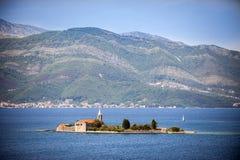 Otokeiland (Gospa od Milosti) met Jezuïetklooster en kerk van Heilig Virgin, Tivat-Baai, Montenegro stock afbeelding