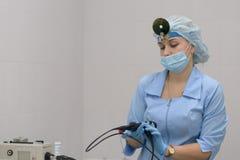 Otolaryngologist med medicinsk utrustning Arkivfoton