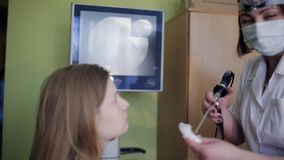 Otolaryngologisten producerar laryngoscopypatienten arkivfilmer