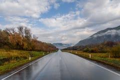 Otoño del asfalto del cielo de las montañas del camino Fotos de archivo libres de regalías