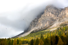 Otoño en Passo Falzarego, dolomías, montañas italianas Imagen de archivo