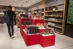 Otopeni lotniskowy hol z winem i napojami dla sprzedaży Rumunia obraz stock