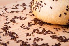Otrębiasty słodka bułeczka, czarne fasole na drewnianej tacy Obraz Stock