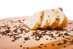 Otrębiasty słodka bułeczka, czarne fasole na drewnianej tacy Zdjęcie Stock