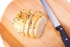 Otrębiasty słodka bułeczka, czarne fasole na drewnianej tacy Fotografia Stock