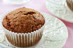 Otrębiasty słodka bułeczka na ładnym talerzu Fotografia Stock