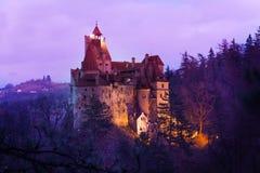 Otręby kasztel, Transylvania przy nocą w Rumunia obrazy stock