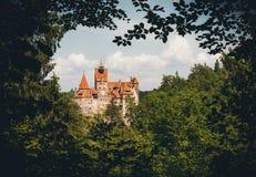 Otręby kasztel wśród lasów Karpackie góry Przestrzegający Dracula w Transylvania zdjęcia royalty free