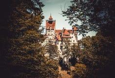 Otręby kasztel wśród lasów Karpackie góry Przestrzegający Dracula w Transylvania, Rumunia obraz stock