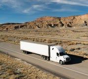 OTR-Voertuigvervoer 18 Wheeler Big Rig White Semi-Vrachtwagen Stock Afbeeldingen
