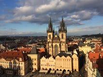 Otra opinión de la puesta del sol en Praga imagenes de archivo