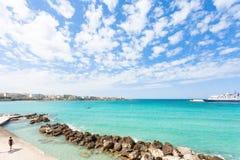 Otranto, Apulien - ein flüchtiger Blick über dem enormen Hafeneingang von Ot stockfoto