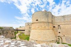 Otranto, Apulien - ein historischer Verteidigungsturm als Teil der Stadt stockbild