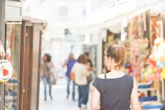 Otranto, Apulien - eine Frau, die durch die Fußgängerzone von geht stockfotografie