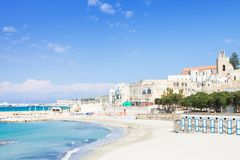 Otranto, Apulien - heraus für einen Weg am ruhigen Strand von Otranto I lizenzfreie stockfotografie