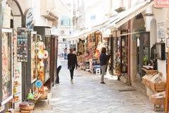 Otranto, Apulien - Mai 2017 - ein touristischer Einkaufsweg innerhalb des Th lizenzfreies stockfoto