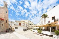Otranto, Apulien - Mai 2017 - ein traditionelles Restaurant an einem histo lizenzfreie stockbilder