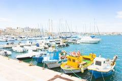 Otranto, Apulien - Mai 2017 - einige Fischerboote am Kai O stockbilder