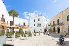 Otranto, Apulien - Mai 2017 - einige Touristen, die das alte t entdecken stockfotos