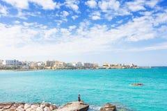 Otranto, Apulien - Sommer und die Skyline von Otranto herein genießend stockbild
