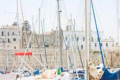 Otranto, Apulien - viele Segelmaste im Hafen von Otranto stockfotografie