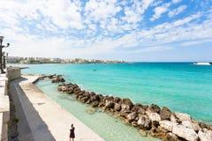 Otranto, Apulien - Wellenbrecher am Kai von Otranto in Italien stockbilder