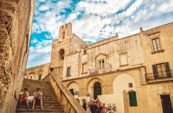 Otranto, bambini dell'Italia si siede la vecchia città delle scale fuori del basilico di Otranto Immagini Stock