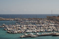 Otranto - Itália - 2 de agosto de 2016: Barcos que estacionam em um dia ensolarado Fotografia de Stock