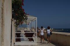Otranto - Itália - 2 de agosto de 2016: Povos que andam na cidade velha Fotos de Stock