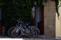 Otranto - Italien - Augusti 02, 2016: Cyklar nära en dörr Royaltyfri Fotografi