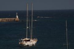Otranto - Italien - Augusti 02, 2016: Ett fartyg i stillsamt vatten Royaltyfri Bild