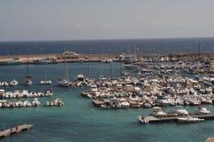 Otranto - Italien - Augusti 02, 2016: Fartyg som parkerar på en solig dag Fotografering för Bildbyråer