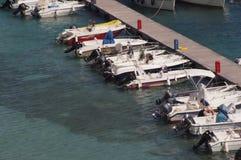 Otranto - Italien - Augusti 02, 2016: Fartyg som parkerar på en solig dag Royaltyfri Bild