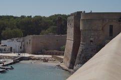 Otranto - Italien - Augusti 02, 2016: Liten strand nästan en slott Arkivfoton