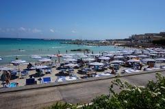 Otranto - Italien - Augusti 02, 2016: Sikt från sjösidan Arkivfoto