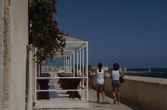 Otranto - l'Italia - 2 agosto 2016: La gente che cammina nella vecchia città Fotografie Stock