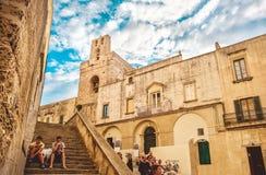 Otranto, niños de Italia sienta la ciudad vieja de las escaleras fuera de la albahaca de Otranto Imagenes de archivo